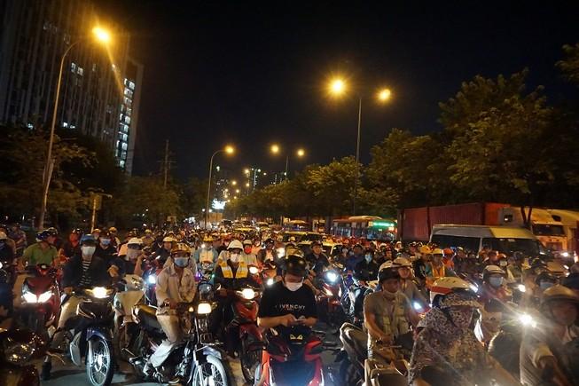 Chùm ảnh: Giao thông rối rắm tại nút giao An Phú