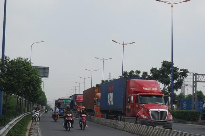 Chùm ảnh: Chuyện lạ xe tải, xe container đậu trước biển cấm