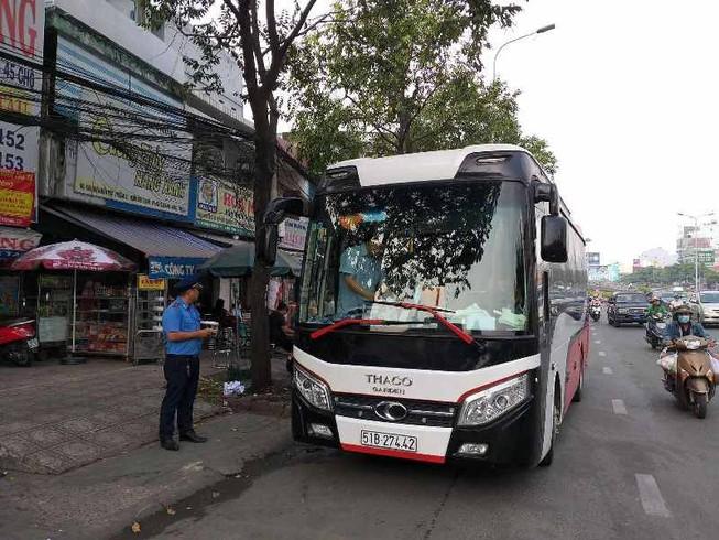 Phạt nhiều trường hợp dừng, đỗ xe sai gần cầu Sài Gòn