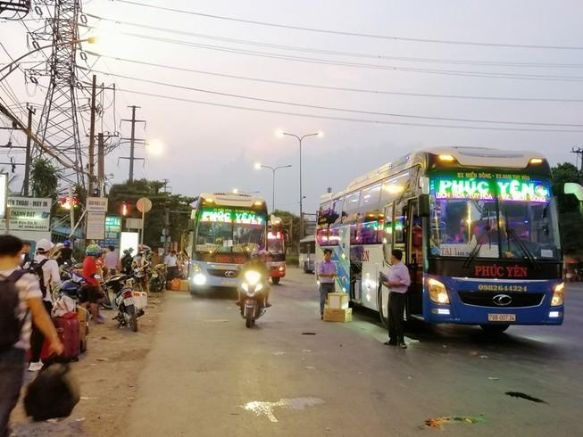 Cận cảnh loạt xe khách ngang nhiên 'vợt khách' dọc đường
