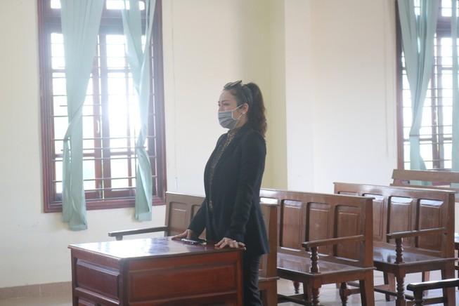 Ca sĩ Nhật Kim Anh khóc khi được tòa chấp nhận quyền nuôi con