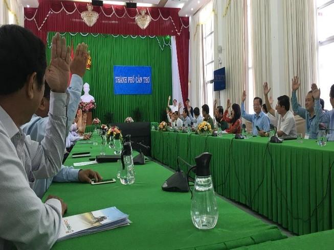 100% đại biểu có mặt tại hội nghị nhất trí giới thiệu ông Trần Việt Trường ứng cử đại biểu HĐND TP nhiệm kỳ 2021-2026. Ảnh: NHẪN NAM