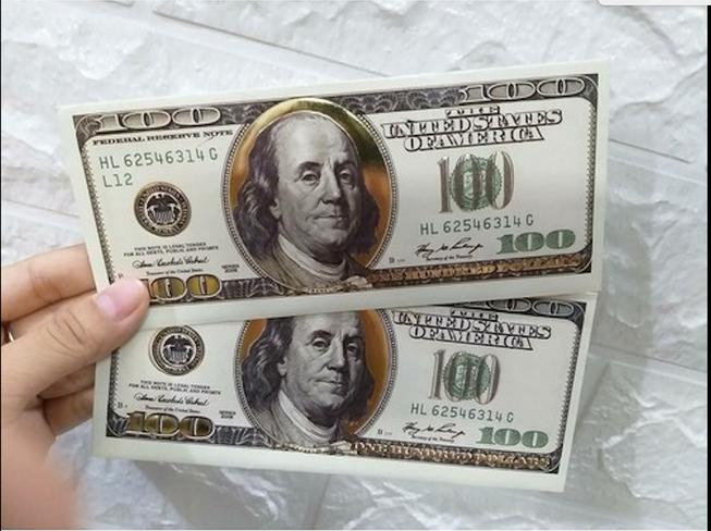 Bao lì xì in hình tờ tiền 100 USD . Ảnh minh họa