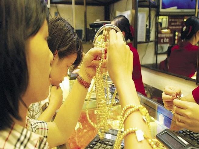 Bất chấp giá vàng thế giới 'ngủ', giá vàng trong nước vẫn tăng