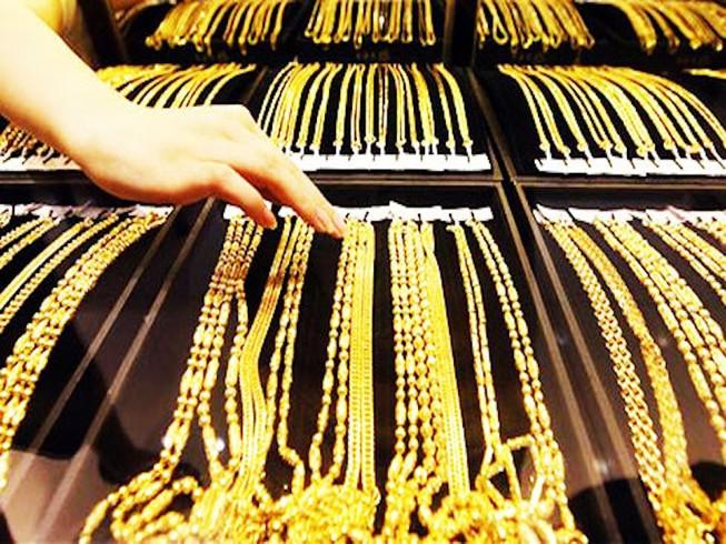 Giá vàng lại tăng vọt, đẩy rủi ro về phía người mua