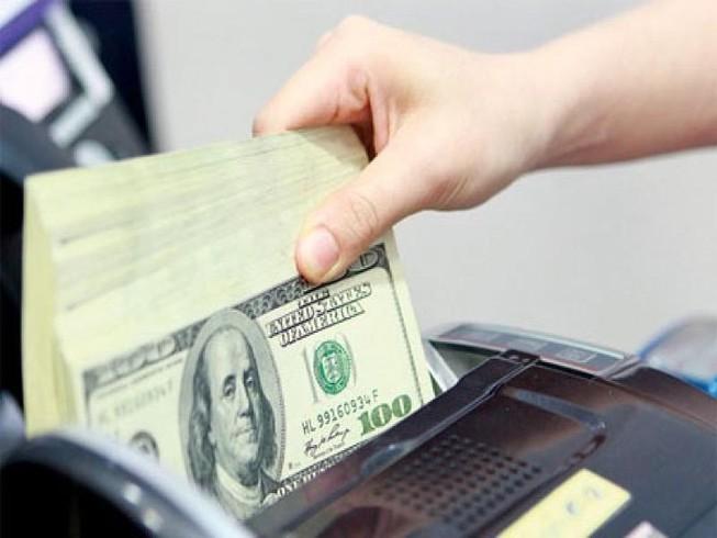 Giá USD chợ đen đột ngột lao dốc