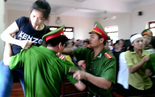 Người nhà gây náo loạn khi nghe toà tuyên 'vụ quan tài diễu phố'