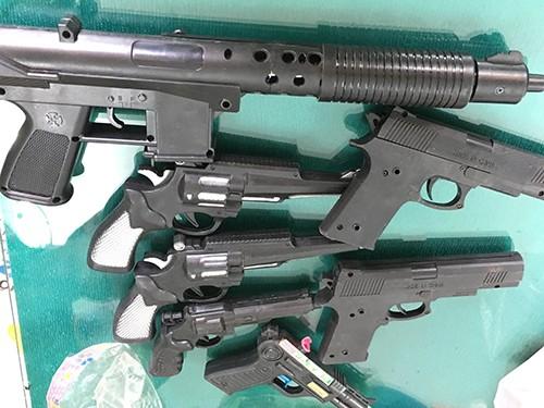 Tịch thu hàng trăm súng nhựa trong cửa hàng