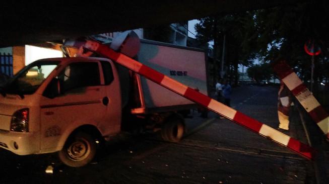 Xe tải mắc kẹt dưới dạ cầu Bùi Hữu Nghĩa, quận 1