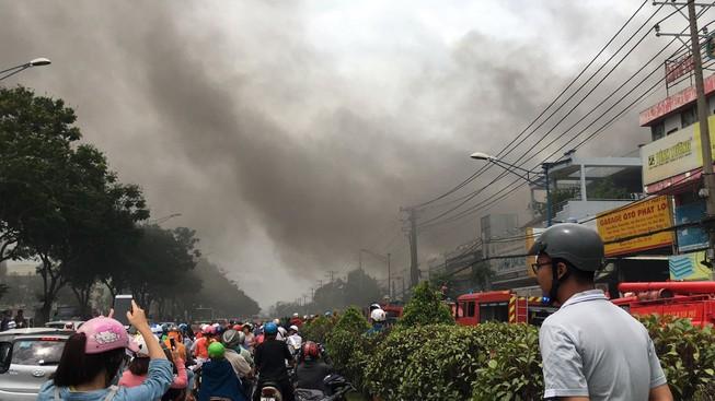 Cháy dữ dội nhà kho trên đường Trường Chinh