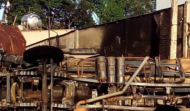 Xe bồn chở dầu lao vào nhà dân bốc cháy, 6 người chết