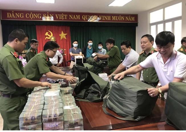 Tang vật là hơn 100 tỉ đồng tiền mặt và nhiều thùng hồ sơ, chứng tư liên quan. Ảnh: CACC