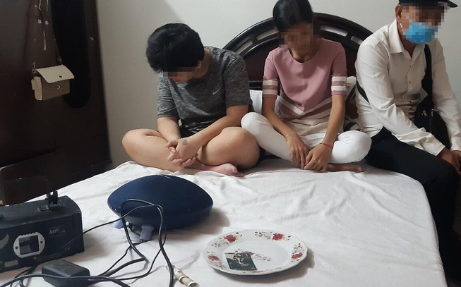 Nhóm người chơi ma túy trong khách sạn ở Đồng Nai bị bắt quả tang. Ảnh: BĐ
