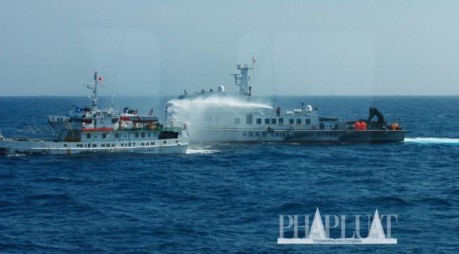 Chùm ảnh mới nhất: Tận mắt chứng kiến tàu Trung Quốc húc tàu Cảnh sát biển Việt Nam