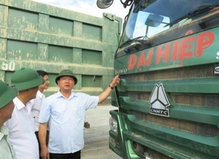 """Bộ trưởng Thăng """"trảm"""" xe quá tải ngay tại công trường"""