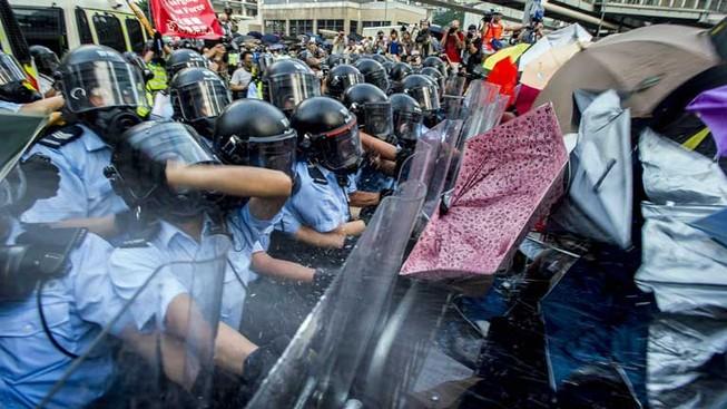 Biểu tình hỗn loạn tại Hong Kong, cảnh sát dùng dùi cui, hơi cay để giải tán