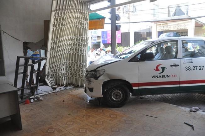 Taxi tông sập nhà dân ở Sài Gòn