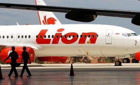Máy bay Indonesia bổ nhào xuống biển ở góc dựng đứng