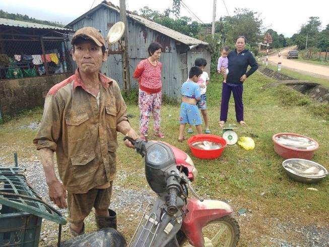Người đàn ông hớt hải chạy ra từ vùng núi lở ở Quảng Trị