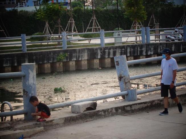 Trẻ em vô tư chơi đùa bên bờ kênh không rào chắn