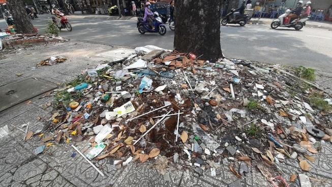 Những gốc cây 'nghẹt thở'  bởi rác xà bần