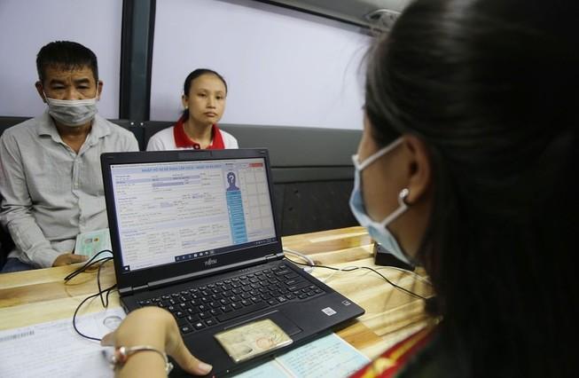 Cán bộ Phòng PC06, Công an TP.HCM thu thập thông tin của người dân làm CCCD gắn chip. Ảnh: HOÀNG GIANG