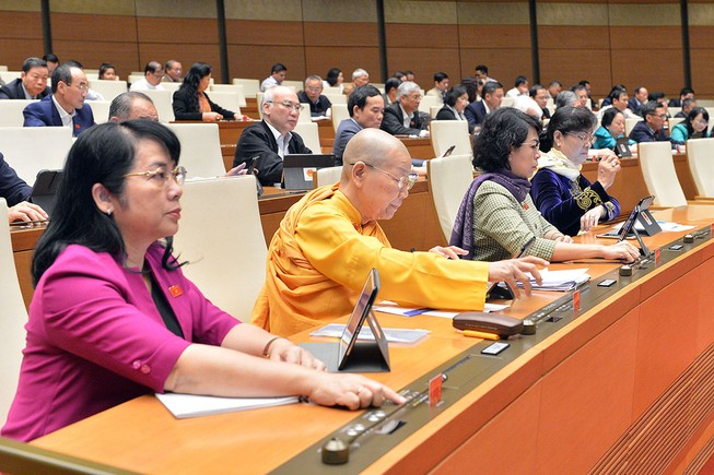 Các đại biểu nhấn nút biểu quyết nghị quyết về chính quyền đô thị tại TP.HCM.