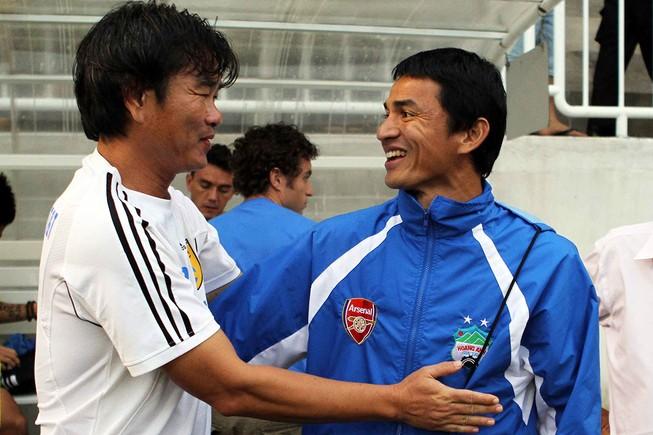 Cầu thủ HA Gia Lai chọn HLV Phan Thanh Hùng (trái) nhưng ông thầy người Đà Nẵng này còn vướng hợp đồng nên số phận lại đẩy đưa Kiatisak về phố núi.