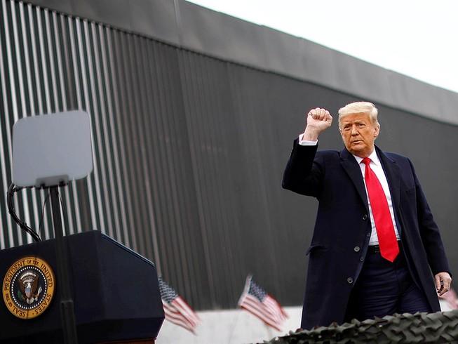 Tổng thống Donald Trump thị sát bức tường biên giới với Mexico, một cam kết tranh cử của ông, ở bang Texas (Mỹ) ngày 12-1.