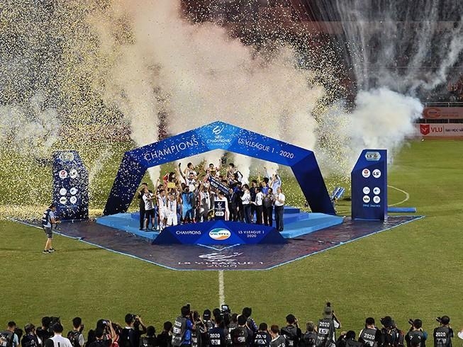 Trong khi bóng đá thế giới đứng hình thì bóng vẫn lăn ở sân cỏ Việt Nam và khán giả vẫn hạnh phúc đến sân cổ vũ. Các đề cử Fair Play 2020 cũng xuất phát từ điểm sáng của bóng đá Việt Nam.
