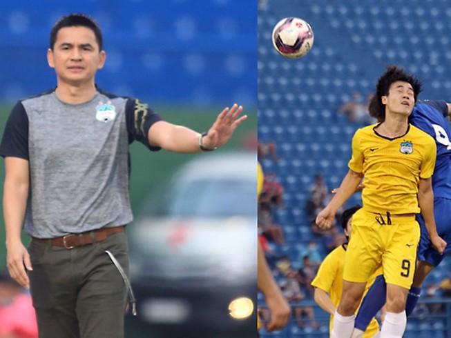 Trận đấu không chỉ căng trên sân mà còn căng ở khu kỹ thuật giữa HLV Kiatisak (trái) và HLV Vũ Tiến Thành.