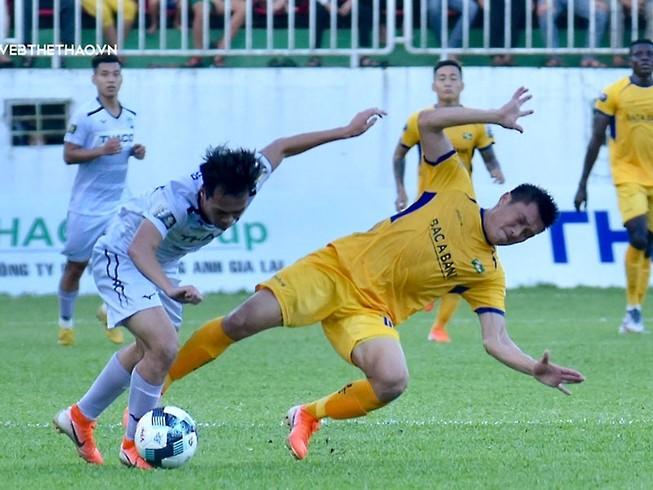 Văn Toàn (trái), cầu thủ ấn định chiến thắng cho HA Gia Lai.