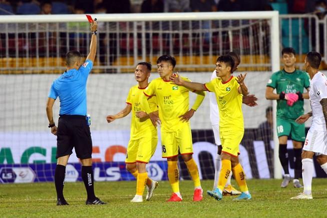 Trọng tài Ngô Duy Lân rút thẻ đỏ Bá Sang, SL Nghệ An thiếu người và thua ngược HA Gia Lai.