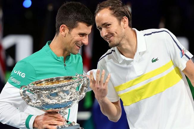 Daniil Medvedev (phải) chia sẻ niềm vui vô địch giải Úc mở rộng cùng Djokovic.