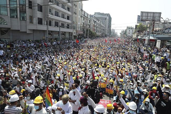 Người biểu tình tụ tập gần một trạm tàu điện ở TP Mandalay, Myanmar ngày 22-2.