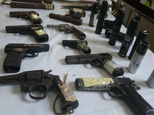 141 Hà Nội thu giữ được cả một 'kho' vũ khí các loại