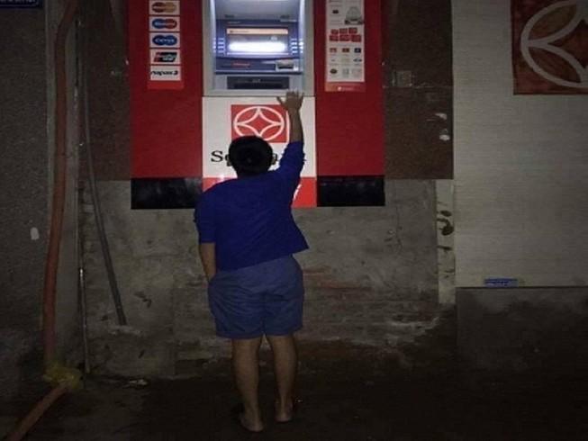 Dẹp vỉa hè: Người dân 'chật vật' rút tiền từ máy ATM