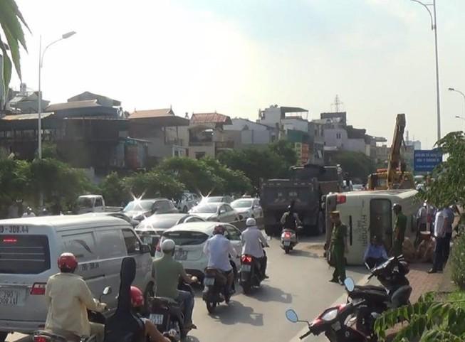 Xe khách lật giữa đường, nhiều người bị thương