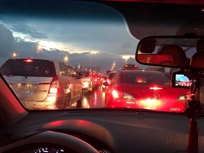 Hà Nội ngập, hàng ngàn ô tô 'chôn chân' dưới mưa tầm tã