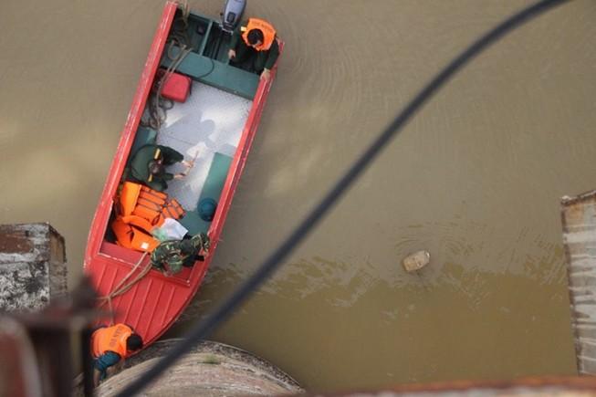 Người nhái lặn vớt bom ở cầu Long Biên
