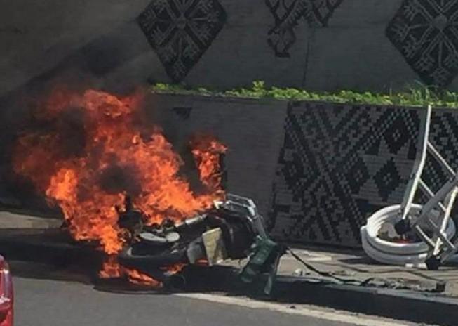 Xe cháy trơ khung giữa đường phố Hà Nội