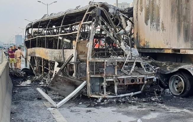 Xe khách tông container rồi cháy dữ dội, 3 người thương vong