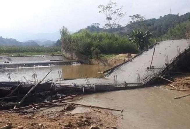 Thi công sai thiết kế, cây cầu từ thiện sập xuống suối