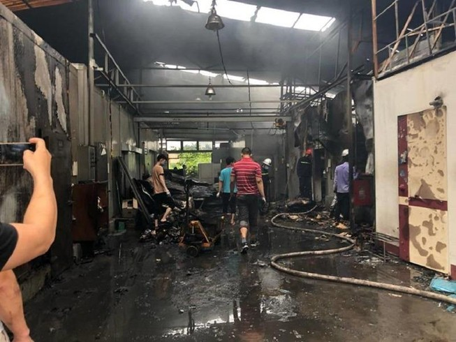 Người thân ngóng tin 8 nạn nhân vụ cháy kinh hoàng ở Hà Nội