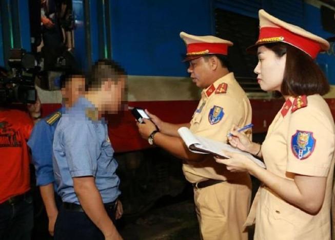Có nồng độ cồn trong lúc gác tàu, 2 nhân viên bị CSGT phạt