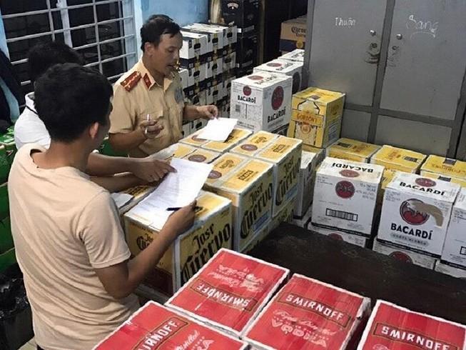 Chở 4.000 chai bia và rượu lậu, tài xế bỏ chạy khi gặp CSGT