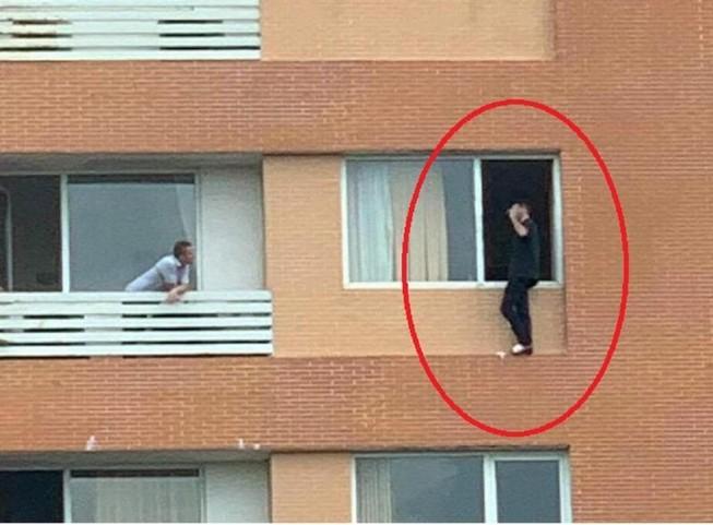 6 giờ giải cứu người đàn ông Pháp định nhảy lầu tự tử