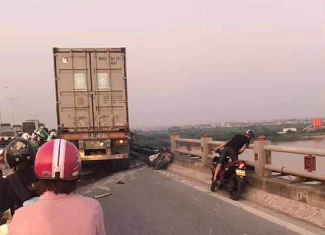 Tai nạn cầu Thanh Trì, nghi container húc rơi người xuống sông
