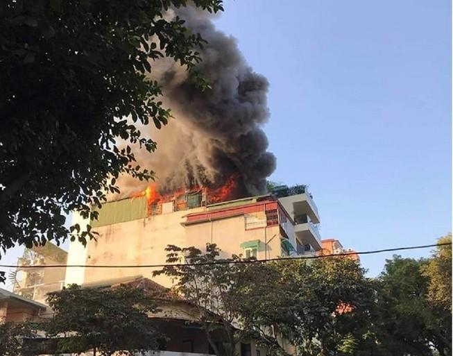 Quán karaoke ở trung tâm Hà Nội cháy lớn