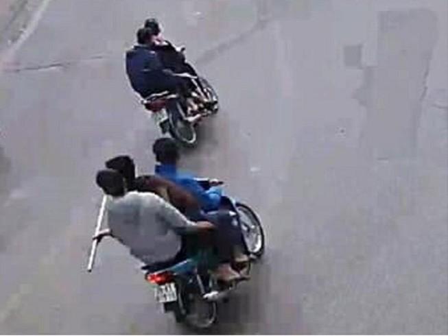 5 thiếu niên cầm dao bầu 'giương oai' trên phố ở Hà Nội
